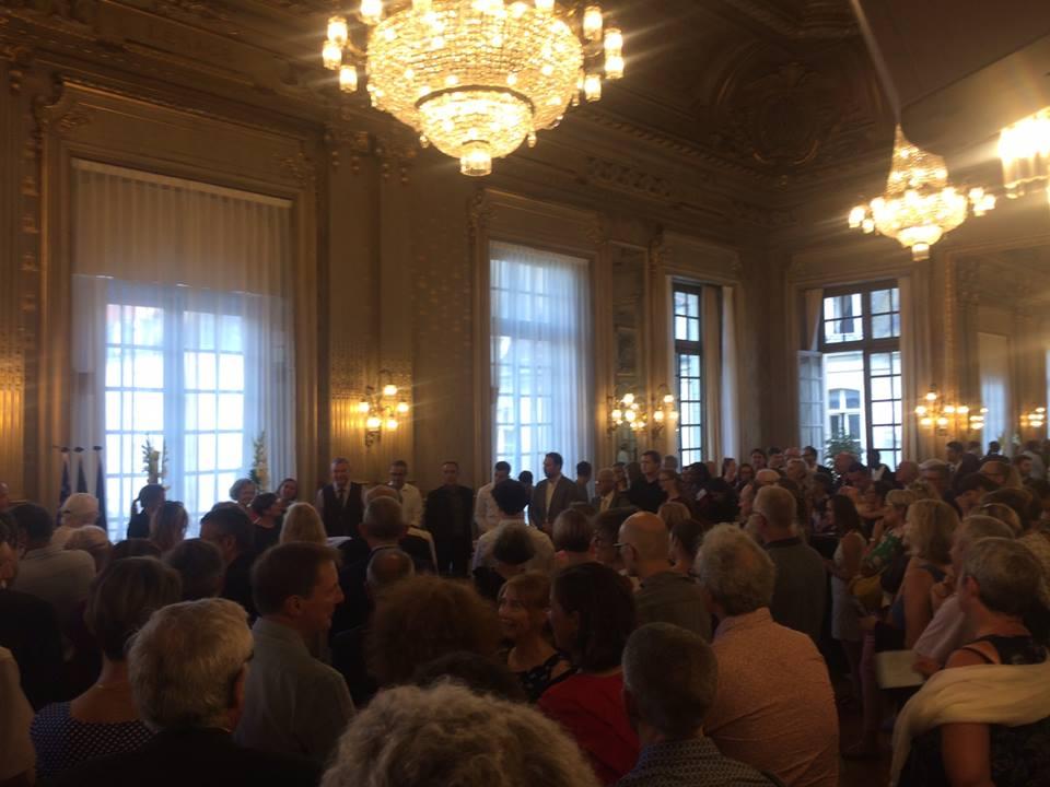 Près De 300 Personnes Se Sont Donné Rendez-vous  à L'Hôtel De Ville à L'occasion De Cette Célébration.