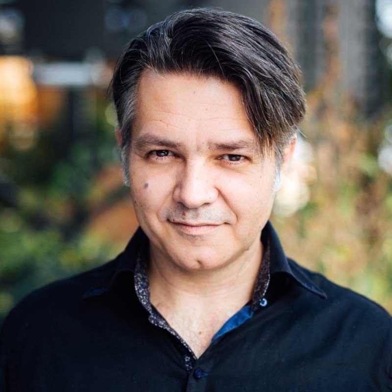 """Steve Cuzor, Dessinateur Et Co-auteur De La BD """"Cinq Branches De Coton Noir"""""""